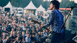 Le guitariste Johnny Marr, vendredi 23 août 2019 sur la scène 4 Vents de Rock en Seine. (OLIVIER HOFFSCHIR)