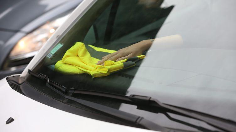 Le gilet jaune, signe de ralliement des automobilistes contre la hausse du prix des carburants (illustration). (LIONEL VADAM  / MAXPPP)