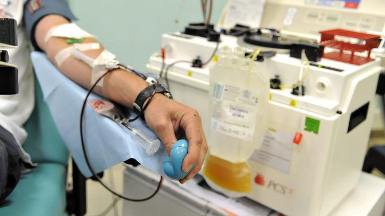 Don de plasma à l'Etablissement français du sang à Orléans, juillet 2017. (ERIC MALOT / MAXPPP)