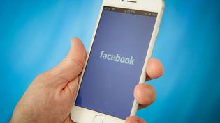 Facebook a annoncé, mardi 10 avril, un vaste programme participatif pour lutter contre l'utilisation abusive des données. (JAAP ARRIENS / NURPHOTO / AFP)
