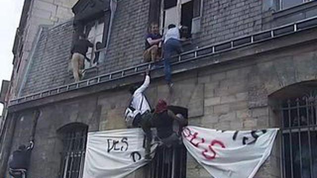 Des migrants occupent une caserne de pompiers désaffectée