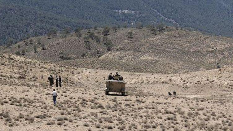 Militaires tunisiens patrouillant dans la zone du mont Chaambi, non loin de la frontière algérienne, le 11 juin 2013. (Reuters - Stringer)