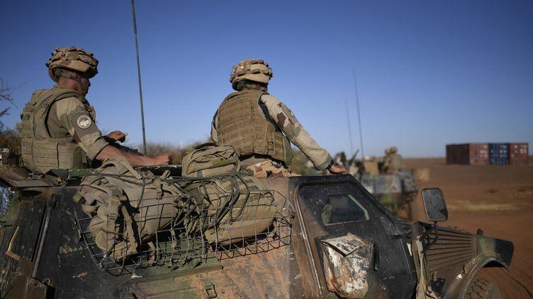Des soldats français de l'opération Barkhane effectuent une mission de surveillance à Gao (Mali), le 13 janvier 2017. (STEPHANE DE SAKUTIN / AFP)