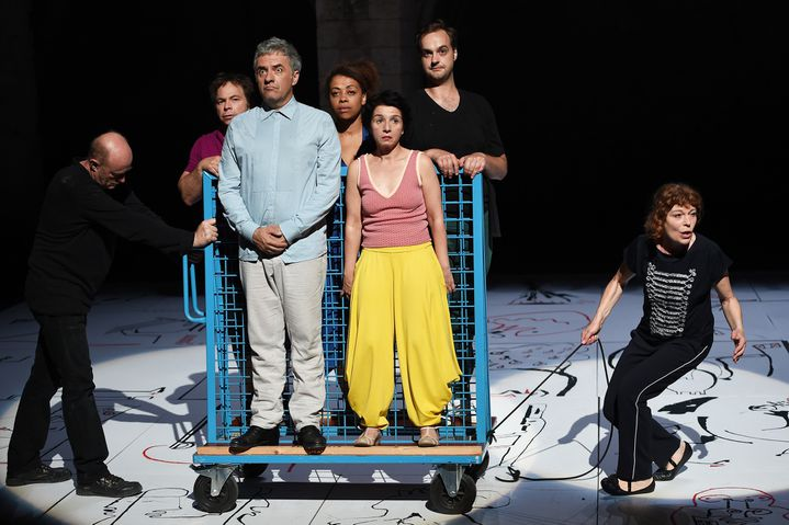 Une troupe de fidèles de Novarina  (Anne-Christine Poujoulat/AFP)