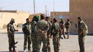 Des membres des Forces démocratiques syriennes à Aïn Issa, située à plus de 50 km au nord de Raqqa, en Syrie, le 6 novembre 2016. (DELIL SOULEIMAN / AFP)
