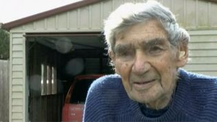A 105 ans, Bob Edwards,le plus vieux conducteur de Nouvelle-Zélande, prend encore sa voiture plusieurs fois par semaine. (APTN / FRANCETV INFO)