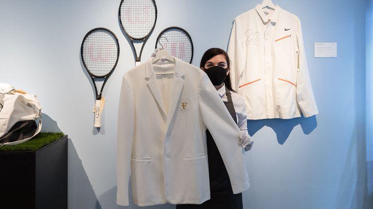 Le blazer de Roger Federer, tout en blanc comme toutes les tenues des joueurs durant Wimbledon. (WIKTOR SZYMANOWICZ / ANADOLU AGENCY / AFP)