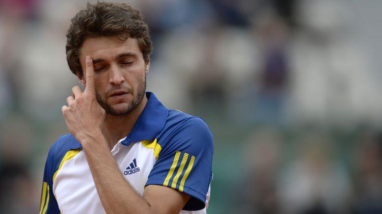 Gilles Simon,le 26 mai 2013, à Roland-Garros lors de son match contre l'AustralienLleyton Hewitt. (MARTIN BUREAU / AFP)