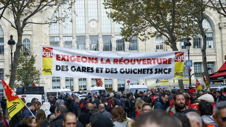 Manifestation des cheminots devant la gare du Nord mardi 5 novembre 2019. (SEBASTIEN MUYLAERT / MAXPPP)