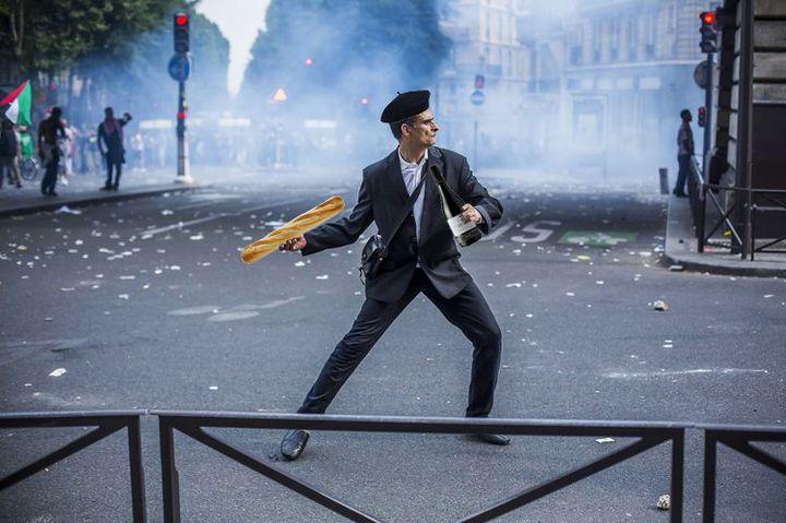 """Détournement par un internaute d'une photo du photoreporter Laurent Troudé, pour """"Libération"""",prise samedi 19 juillet 2014, à Paris. (REDDIT / FRANCETV INFO)"""