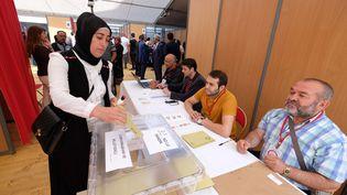 Une femme vote dans un bureau de vote turc installé à Boulogne-Billancourt (Hauts-de-Seine), le 17 juin 2018. (MUSTAFA YALCIN / ANADOLU AGENCY / AFP)
