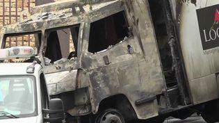 Des malfaiteurs lourdement armés ont attaqué un fourgon de transport de fonds à Lyon, vendredi 28 août. Ils sont repartis avec un énorme pactole. (France 2)