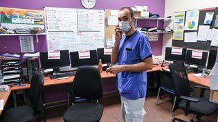 Un infirmier de l'hôpital Nord-Ouet de Villefranche-sur-Saône,pendant une attaque informatique, le 16 février 2021. (PHILIPPE DESMAZES / AFP)