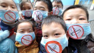 Des enfants participent à une campagne anti-tabac, le 6 janvier 2014, à Handan (Chine). (HAO QUNYING / IMAGINECHINA / AFP)