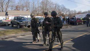 Des policiers américains sur les lieux de la fusillade, le 14 décembre 2012. (DOUGLAS HEALEY / GETTY IMAGES NORTH AMERICA / AFP)