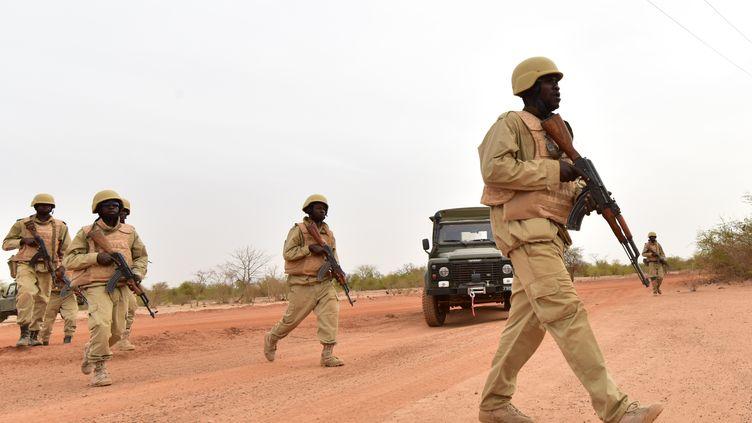 Des soldats du Burkina Faso participent à une formation avec des instructeurs de l'armée autrichienne au camp militaire du général Bila Zagre, près de Ouagadougo, au Burkina Faso, le 13 avril 2018. (ISSOUF SANOGO / AFP)