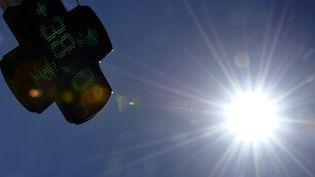 La canicule frappait aussi la France l'an passé : 38 degrés affichés sur une pharmacie toulousaine, le 17 août 2012. (PASCAL PAVANI / AFP)