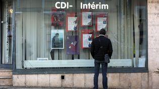 Un homme devant une agence d'intérim (Photo d'illustration). (LIONEL VADAM  / MAXPPP)