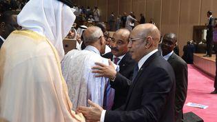 Le président mauritanien Mohamed Ould Cheikh El Ghazouani(au premier plan à droite) félicité par une délégation des pays du Golfe, lors de son investiture le 1er août 2019. (SEYLLOU / AFP)