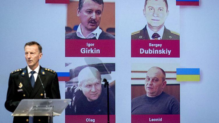 Wilbert Paulissen, de l'équipe internationale d'investigation, dévoile les noms des 4 suspects dans l'affaire du crash MH17, aux Pays-Bas, le 19 juin 2019. (ROBIN VAN LONKHUIJSEN / ANP)