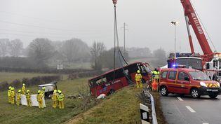 Un accident de bus a eu lieu près de la commune de Charolles (Saône-et-Loire), le8 janvier 2017, faisant au moins 4 morts et 24 blessés. (PHILIPPE DESMAZES / AFP)