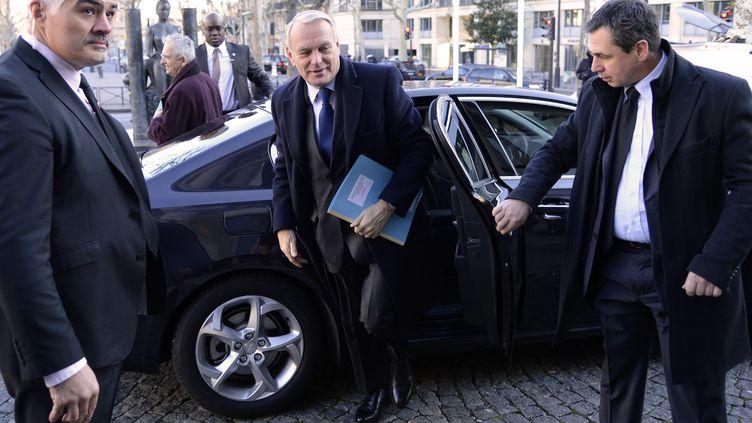 Le Premier ministre, Jean-Marc Ayrault, arrive pour la conférence nationale contre la pauvreté, le 11 décembre 2012 à Paris. (BERTRAND GUAY / AFP)