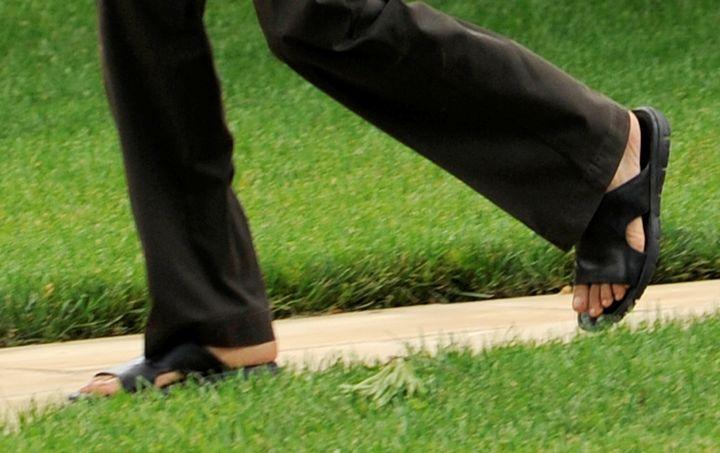 Ces pieds sandalés qui foulent la pelouse de la Maison Blanche, le 21 juin 2009, appartiennent à Barack Obama, le président des Etats-Unis. Pas joli joli. (MIKE THEILER / REUTERS)