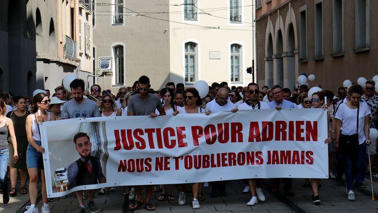 Marche blanche organisée à Grenoble (Isère) le 8 août 2018 en hommage à Adrien Perez, 26 ans, tué devant une boîte de nuit de Meylan le 29 juillet 2018. (XAVIER DEMAGNY / RADIO FRANCE/FRANCE BLEU ISERE/XAVIER DEMAGNY)