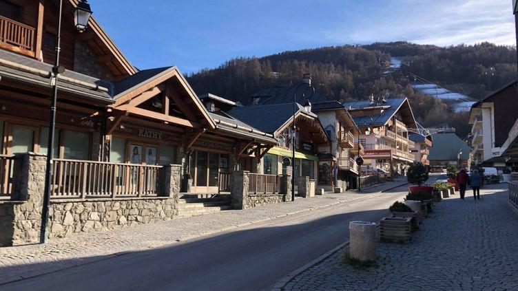 Vue de la station de ski de Valloire (Savoie), le 25 novembre 2020. (LUC CHEMLA / RADIOFRANCE)