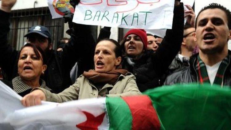 Le 15 mars 2014, des militants de Barakat protestent contre la décision de Bouteflika de briguer un 4e mandat. (AFP PHOTO / FAROUK BATICHE)