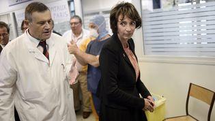 La ministre de la Santé Marisol Touraine participe à un exercice de prise en charge de malades d'ébola au siège du SAMU, à Paris, le 24 octobre 2014. (STEPHANE DE SAKUTIN / AFP)