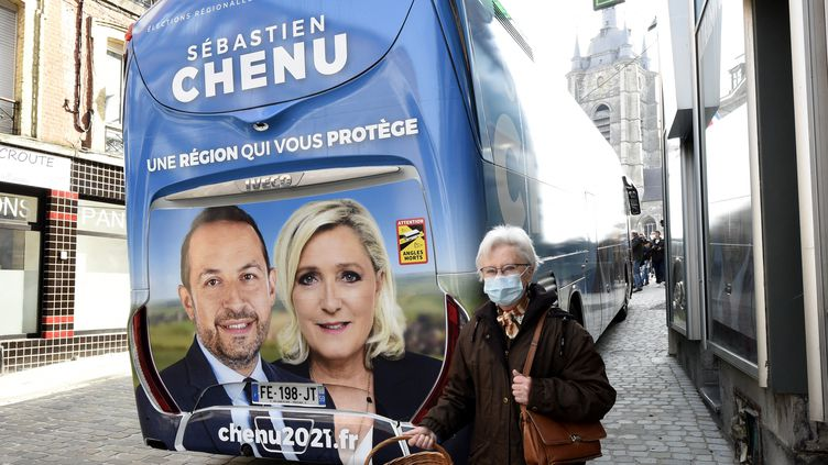 Le bus de campagne de Sébastien Chenu, tête de liste RN pour les élections régionales dans les Hauts-de-France, à Avesnes-sur-Helpe, le 9 avril 2021. (FRANCOIS LO PRESTI / AFP)