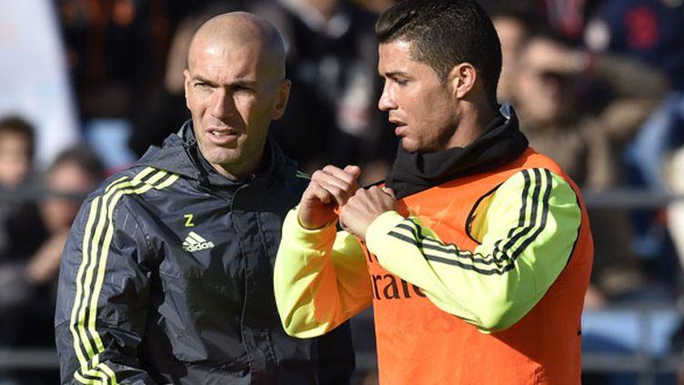 Zinédine Zidane en discussion avec Cristiano Ronaldo