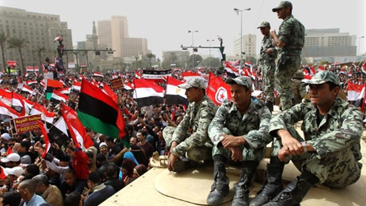 Des milliers d'Egyptiens manifestent au Caire pour un gouvernement de technocrates, le 25/02/11 (AFP/Khaled Desouki)