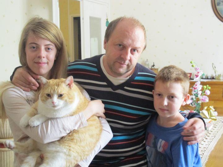 Jacques Bessin et ses deux enfants, Ophélie et Valentin,à Lisieux (Calvados), mercredi 17 septembre 2014. (T.LISSITZKY)