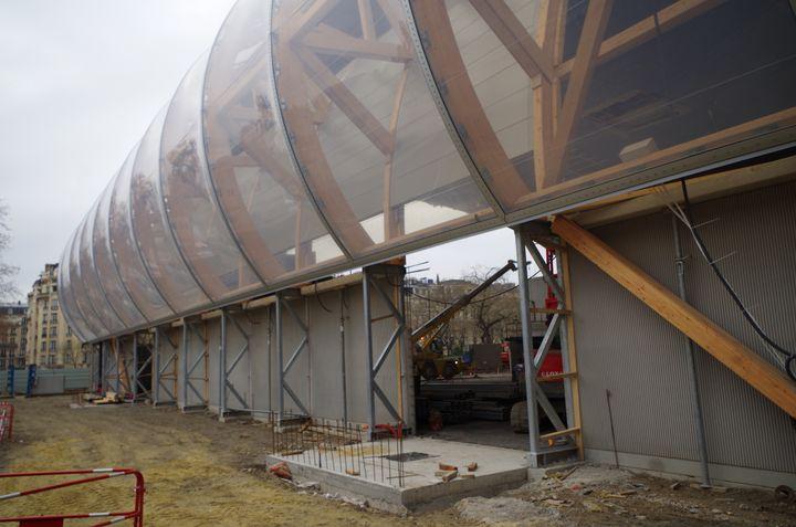 Membrane en EFTE qui recouvre la structure en bois du Grand Palais Éphémère sur le Champ-de-Mars, lundi 11 janvier 2021. (FRANCEINFO)