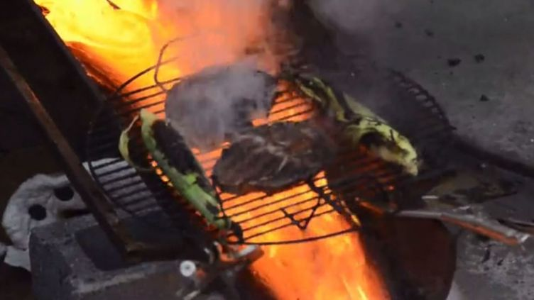 Capture d'écran de l'installation qui permet de faire cuire un steak avec de la lave artificielle. ( ROBERT WYSOCKI / VIMEO)