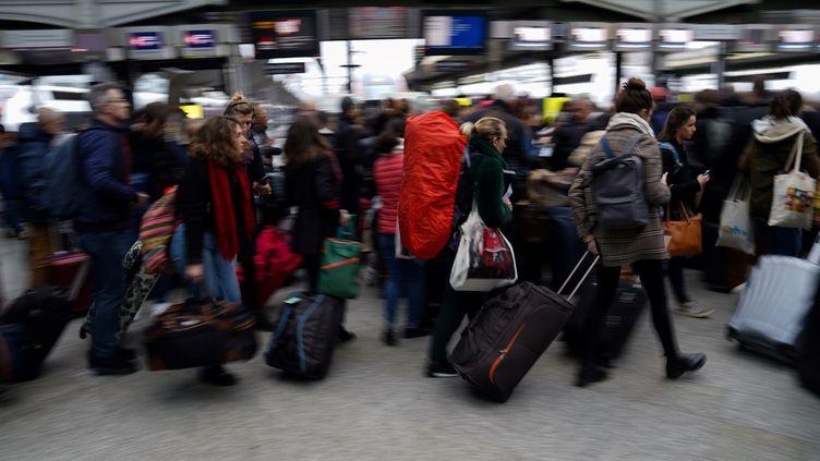 Des voyageurs à la gare de Lyon à Paris, le 20 décembre 2019. Illustration. (MARTIN BUREAU / AFP)