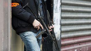 Des policiers dans le quartier de la Goutte-d'Or, le 7 janvier 2016 à Paris. (FLORIAN DAVID / AFP)