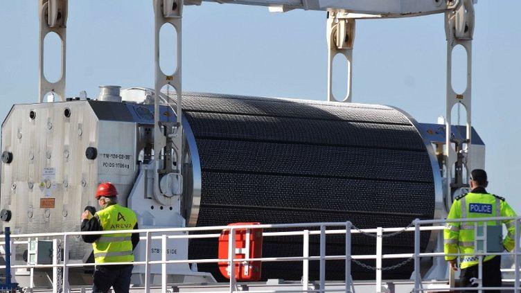 Un container transportant du combustible nucléaire MOX est chargé sur un bateau à Cherbourg (Manche), avant d'être envoyé au Japon, le 8 avril 2010. (JEAN-PAUL BARBIER / AFP)
