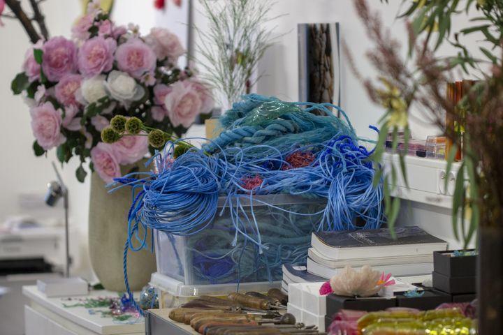 Les filets de pêche et cordage, matières premières pour les créations de William Amor dans son atelier parisien, 2019 (WILLIAM AMOR)