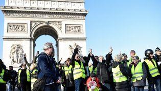 """Des """"gilets jaunes"""" manifestent devant l'arc de triomphe,dans le 8e arrondissement de Paris, le 17 novembre 2018. (STEPHANE DE SAKUTIN / AFP)"""
