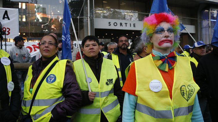 Des salariés de PSA Peugeot Citroën manifestent devant le siège du groupe à Paris, le 25 octobre 2012. (BENOIT TESSIER / REUTERS)