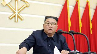 Le leader nord-coréen Kim Jung Un lors d'une réunion politique en Corée du Nord samedi 28 février 2020. (STR / KCNA VIA KNS / AFP)