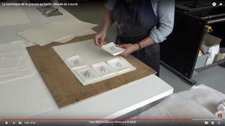 Louis Boursier, graveur et meilleur Ouvrier de France, vous fait découvrir la gravure au burin sur cuivre, dans l'atelier de chalcographie du Louvre. (CAPTURE ECRAN / YOUTUBE / MUSEE DU LOUVRE)