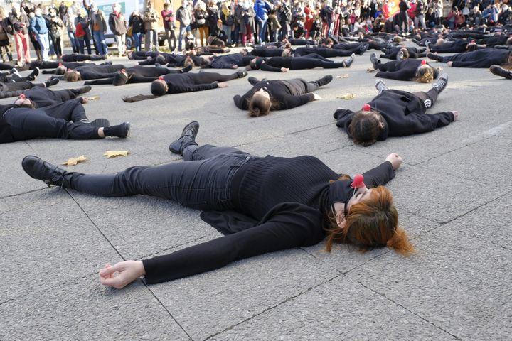 """Montpellier : la """"danse de la colère"""" de200 artistes réunis et chorégraphiés par le collectif Les Essentiels le 12 décembre 2020. (GIACOMO ITALIANO / HANS LUCAS)"""