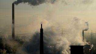 Des fumées s'échappent d'une usine de charbon allemande de Bottrop, le29 décembre 2014. (PATRIK STOLLARZ / AFP)