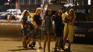 Des jeunes femmes bloquées derrière un cordon de police, le 4 juin 2017 dans le secteur duLondon Bridge et de Borough Market, à Londres (Royaume-Uni), après un attentat. (JUSTIN TALLIS / AFP)