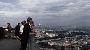 Paris vu du haut de la Tour Eiffel, le 30 septembre 1963. (DONALDSON COLLECTION / MICHAEL OCHS ARCHIVES via GETTYIMAGES)