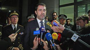 Le ministre de l'Intérieur, Christophe Castaner, dans les locaux de la sûreté départementale, dans le 8e arrondissement de Lyon, le 13 janvier 2020, pour rendre hommage au policier mort après avoir étépercuté volontairement par un fourgon lors d'une intervention. (RICHARD MOUILLAUD / MAXPPP)